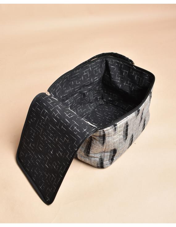 Smart grey ikat lunch bag or picnic bag with zip closure : MSL06-4