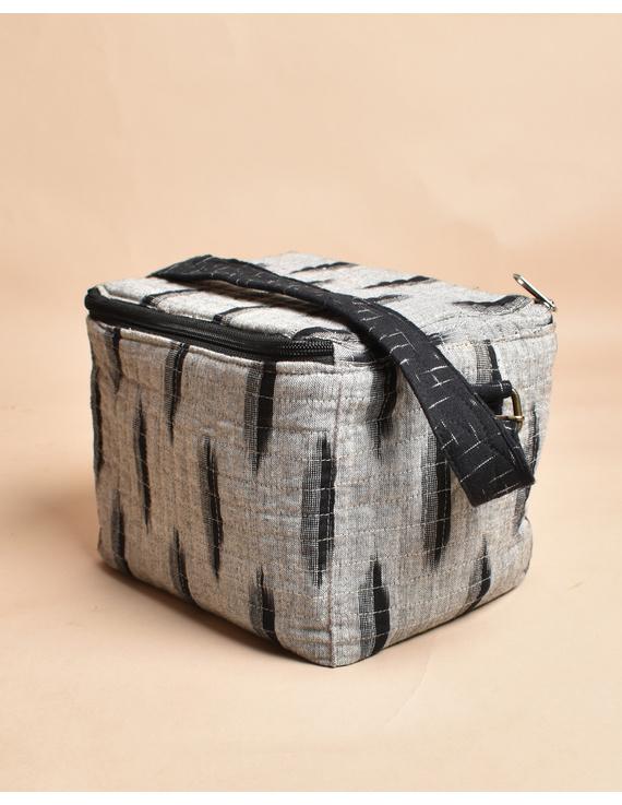 Smart grey ikat lunch bag or picnic bag with zip closure : MSL06-1